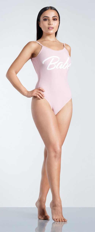 Svetlo ružové dámske jednodielne plavky s nápisom Babe