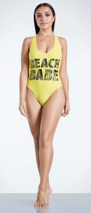 Žlté jednodielne plavky s nápisom na prednej strane